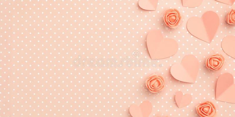 与拷贝空间的情人节花卉构成 爱与珊瑚或桃红色花的天背景上升了形状心脏平的位置 免版税库存图片