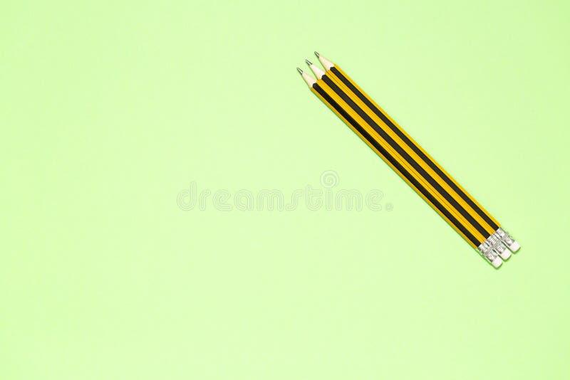 与拷贝空间的最低纲领派模板由木黄色铅笔宏观照片的顶视图关闭  免版税图库摄影