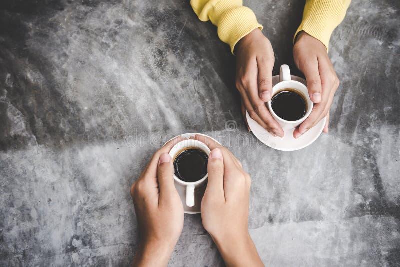 与拷贝空间的顶视图 在握充满咖啡爱的爱的夫妇手在桌上, 库存图片