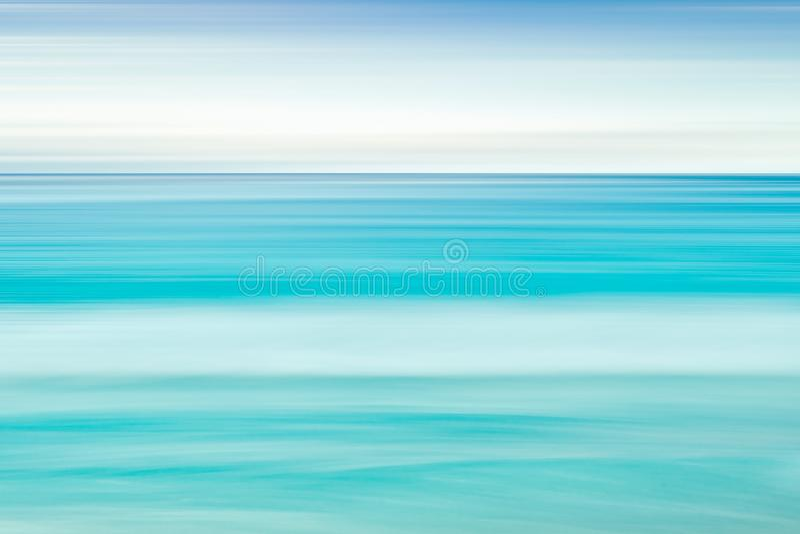 与拷贝空间,长的曝光,迷离行动蓝色抽象梯度背景的空的海和海滩背景 免版税库存照片