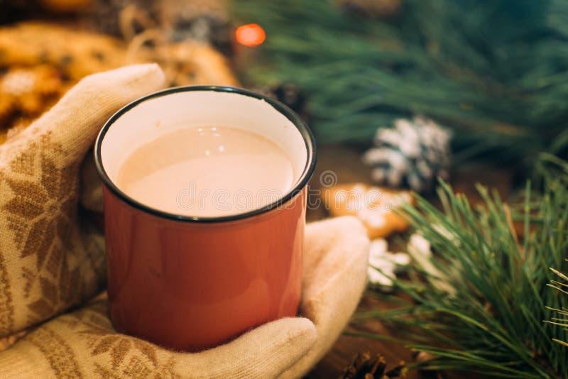 与拿铁和曲奇饼的温暖的圣诞节假日 库存图片
