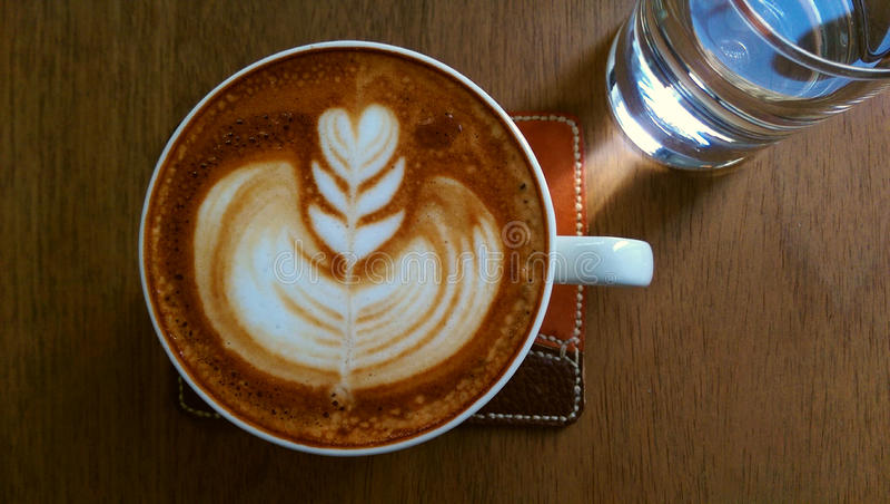与拿铁艺术的咖啡 库存照片