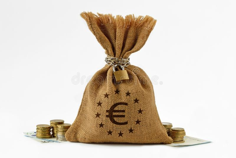 与挂锁和链子、欧洲钞票和硬币- Sav的金钱袋子 库存照片