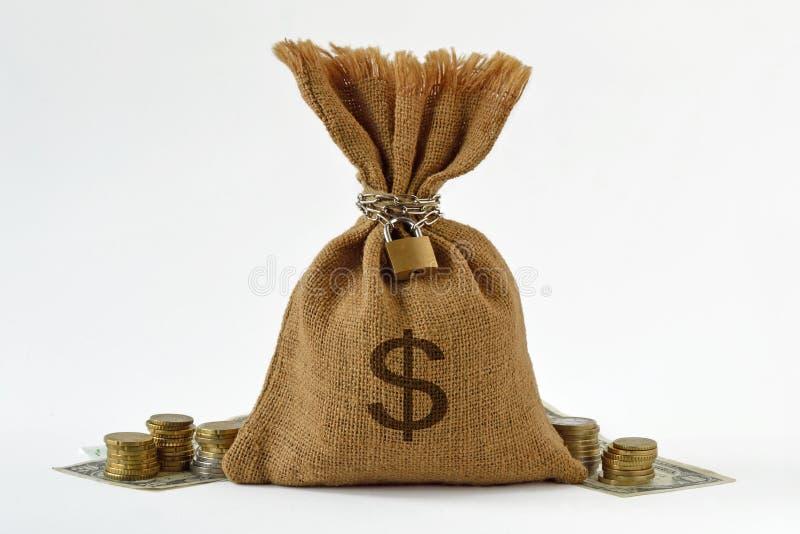 与挂锁和链子、美元钞票和硬币- S的金钱袋子 免版税库存图片