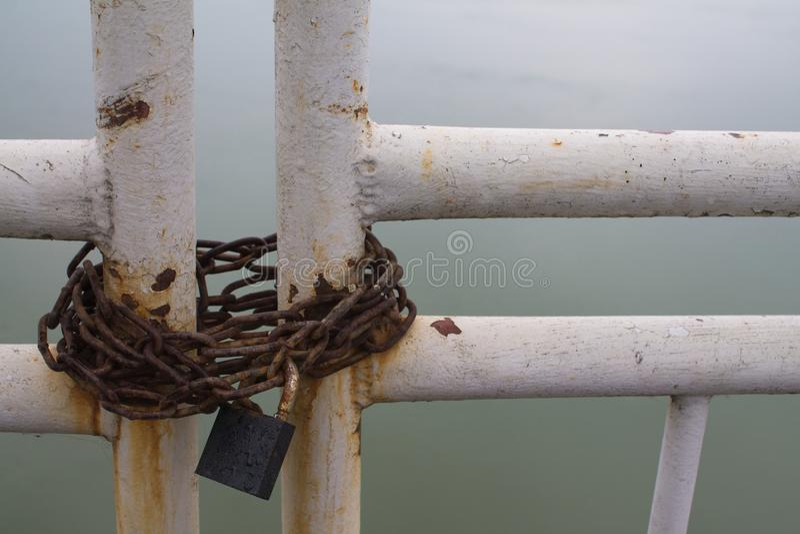 与挂锁的生锈的链子在门 免版税库存图片