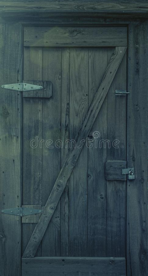 与挂锁的老木门 库存照片