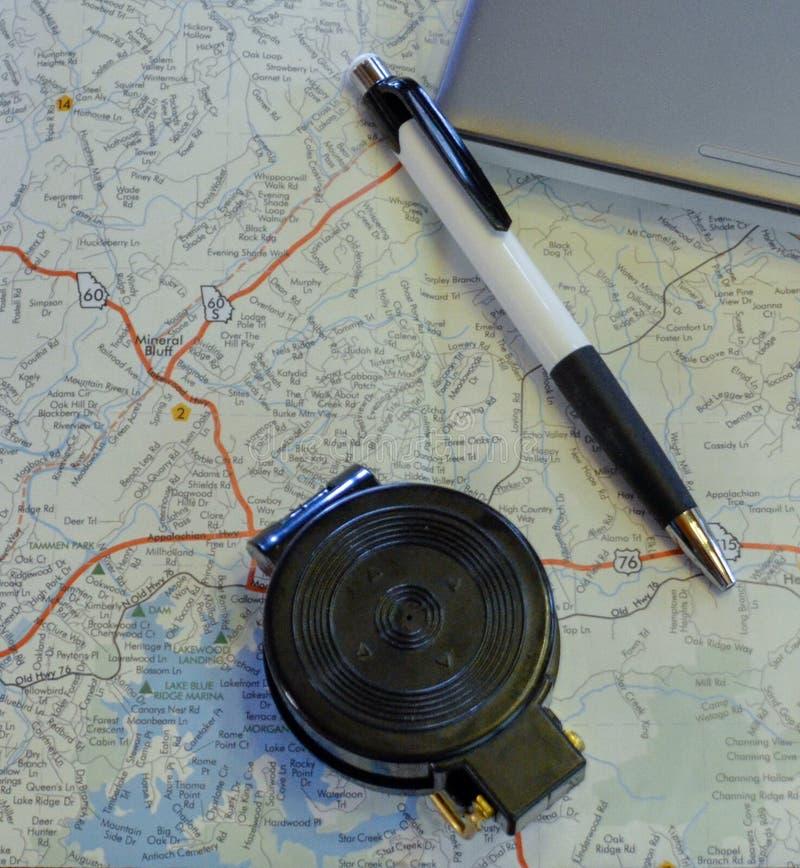 与指南针、笔和膝上型计算机的旅行计划 库存照片