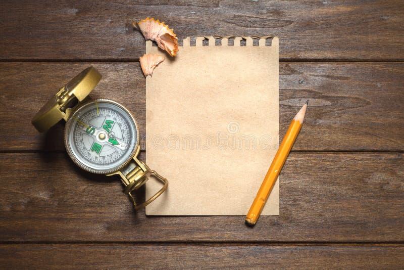 与指南针、纸和铅笔的葡萄酒静物画 图库摄影