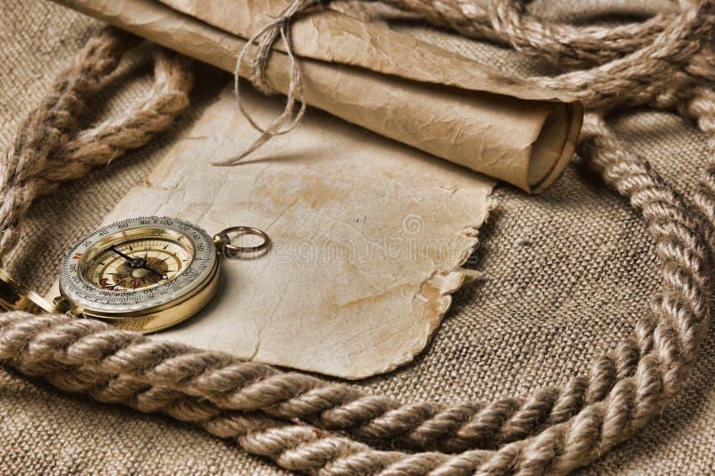 与指南针和绳索的老纸张 免版税库存图片
