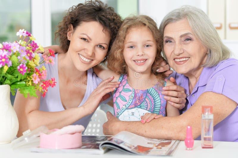 与指甲油的愉快的家庭 免版税库存照片