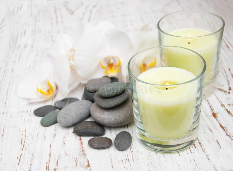 与按摩石头的白色兰花 库存图片