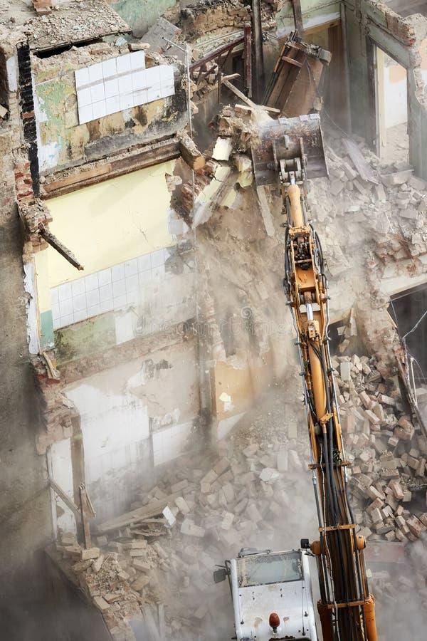 与挖掘机的大厦爆破 免版税库存图片