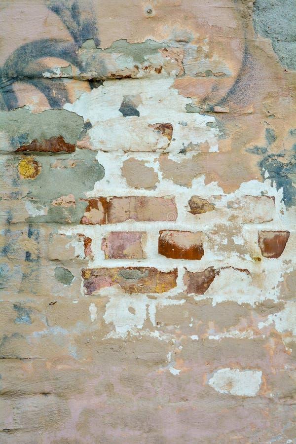 与损坏的膏药的空的老被绘的砖灰泥墙壁纹理当拷贝空间 图库摄影