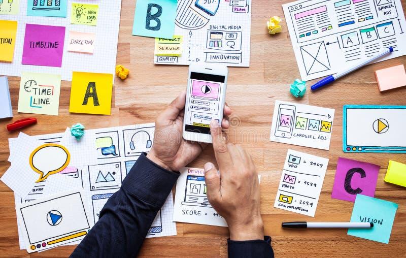 与接触智能手机的文书工作剪影和男性手的企业数字营销 库存照片