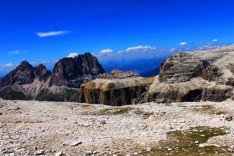 与推力在Gruppo Sella纪念碑,自然的山风景在Dolomiti,联合国科教文组织山意大利,欧洲 库存照片