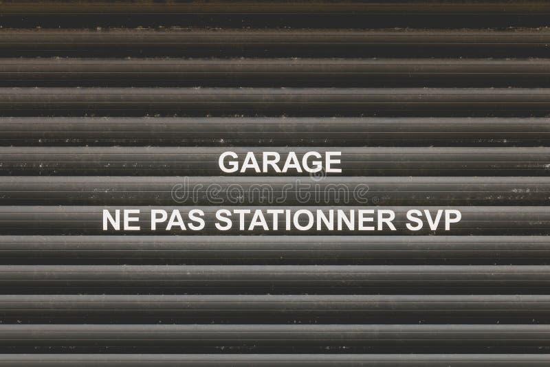 与提及的车库门用法语 免版税库存图片