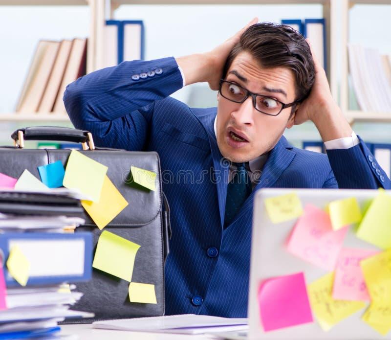 与提示笔记的商人在多任务概念 免版税库存图片