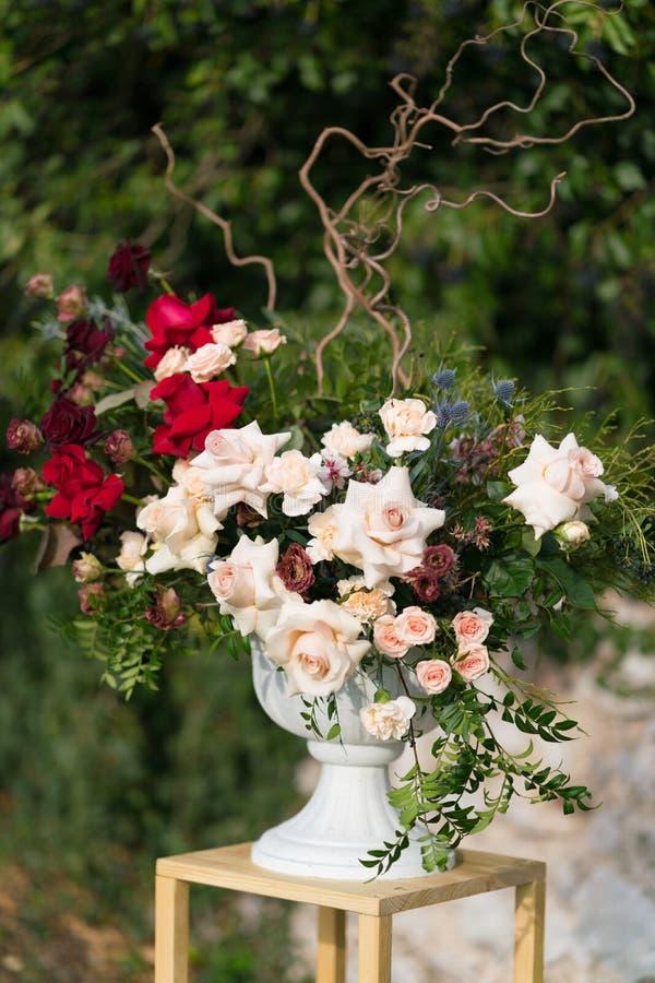 与插花的现代立场婚礼的 库存图片