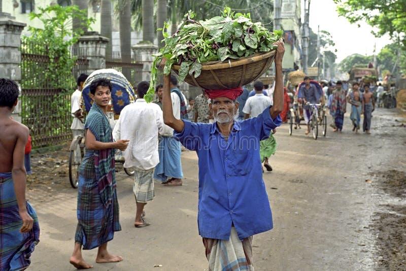 与搬运工的拥挤的街视图达卡 库存照片
