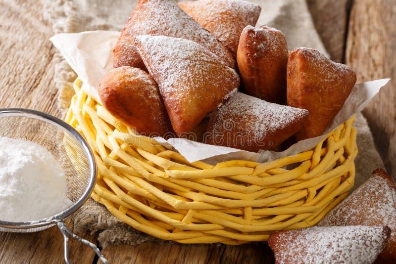 与搽粉的糖关闭的被油炸的非洲人Mandazi油炸圈饼o 图库摄影