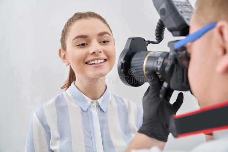 与摆在为摄影师的精采牙的模型 免版税图库摄影