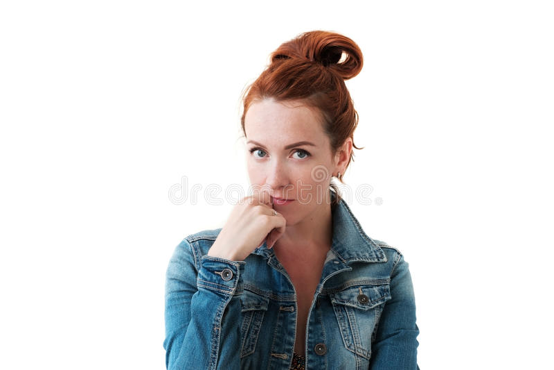 与摆在姜的头发的白种人妇女模型户内 免版税库存照片