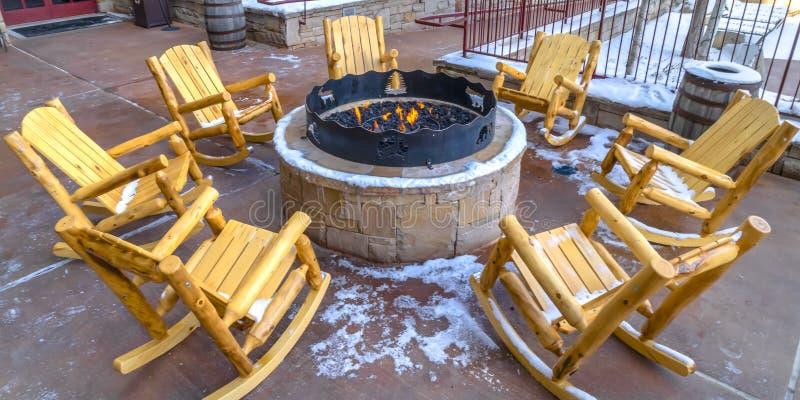 与摇椅的火坑在修造的露台 免版税库存图片