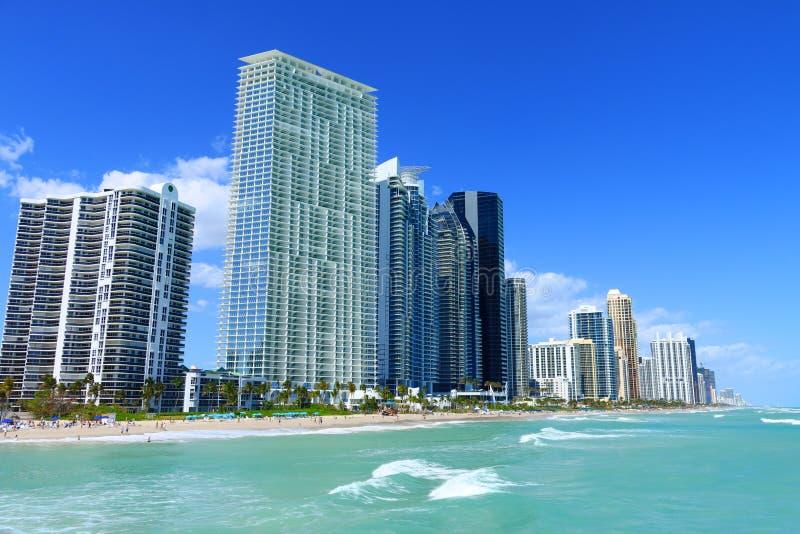 与摩天大楼的晴朗的海岛海滩 免版税库存图片