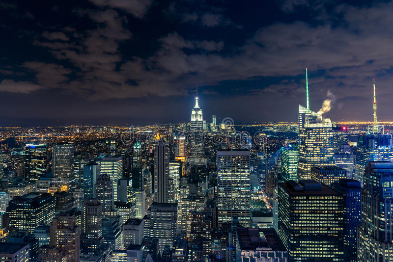 与摩天大楼的曼哈顿都市风景在晚上,纽约(a 库存图片