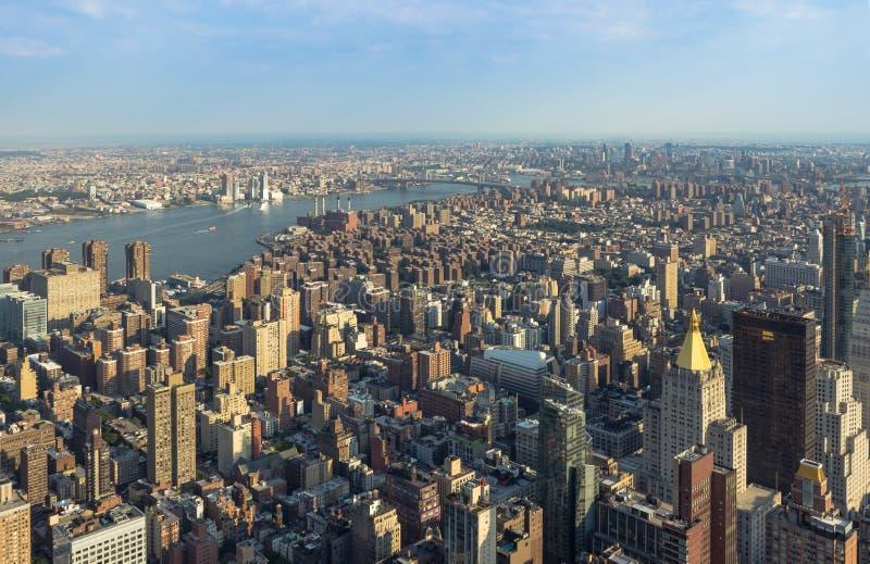 与摩天大楼的纽约曼哈顿街道鸟瞰图 图库摄影