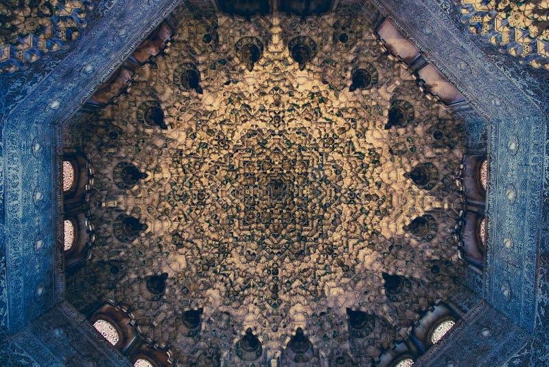 与摩尔人阿拉伯origi复杂雕刻的细节的天花板  免版税库存图片