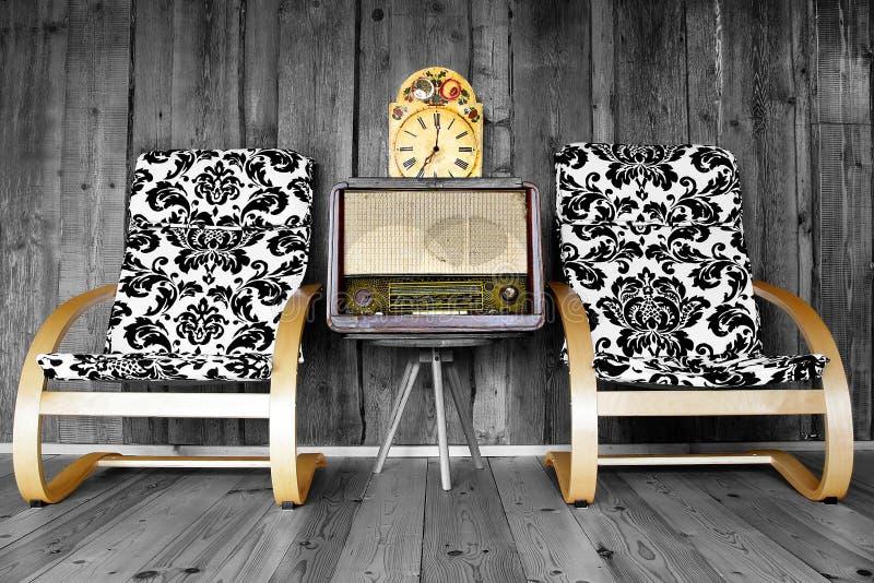 与收音机和时钟的葡萄酒椅子 免版税库存照片