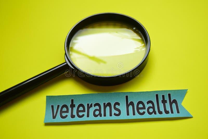 与放大镜概念启发的退伍军人健康在黄色背景 免版税库存图片