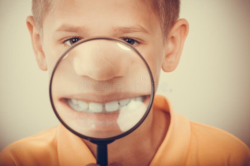 与放大镜的小男孩孩子 免版税图库摄影