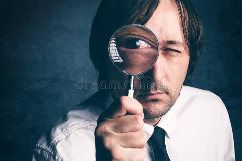 与放大镜,税审查员做的商人财政 免版税库存照片