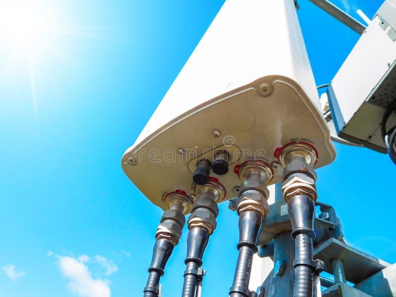 与放热强的信号的巧妙的多孔的天线的移动电话网络基地电信塔  免版税图库摄影