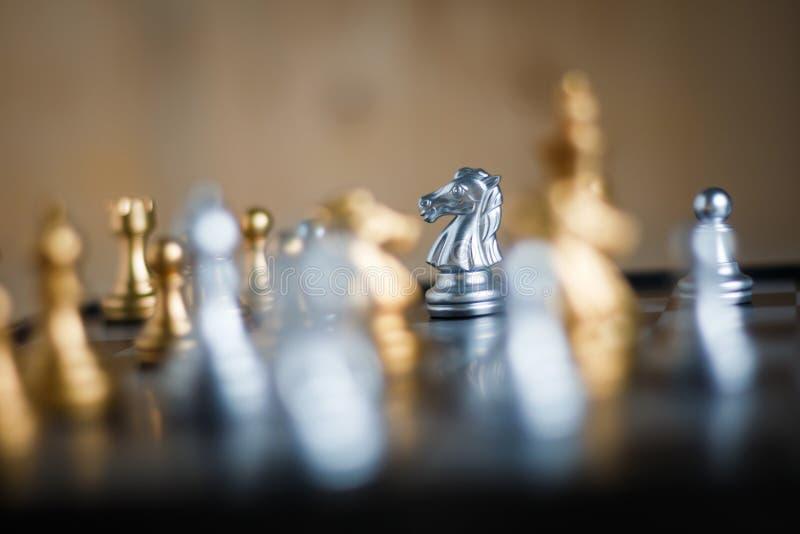 与敌人的银色马比赛隐喻战术和事务的pl 免版税库存照片