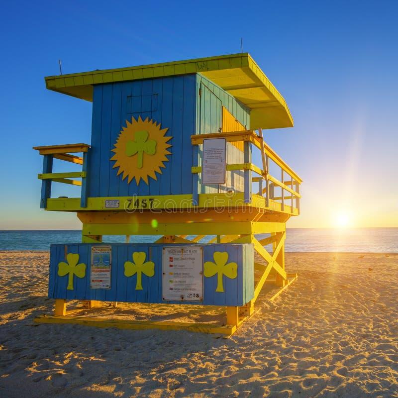 与救生员塔的迈阿密南海滩日出 库存图片