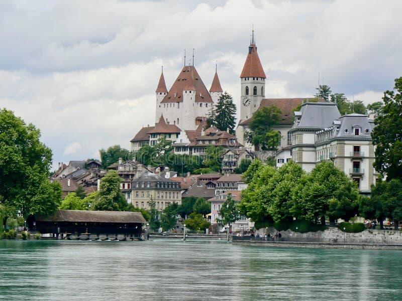 与教会、城堡和被遮盖的桥的Thun中心 免版税图库摄影