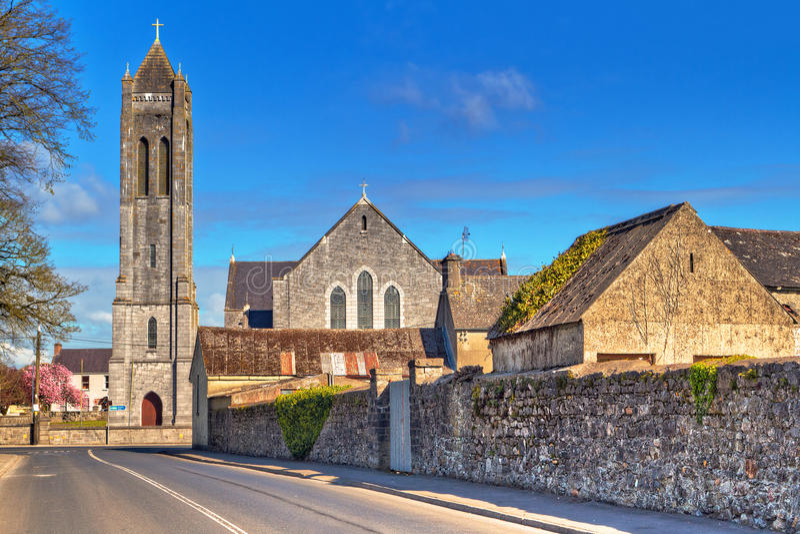 与教会的正方形在Portumna城镇 库存图片