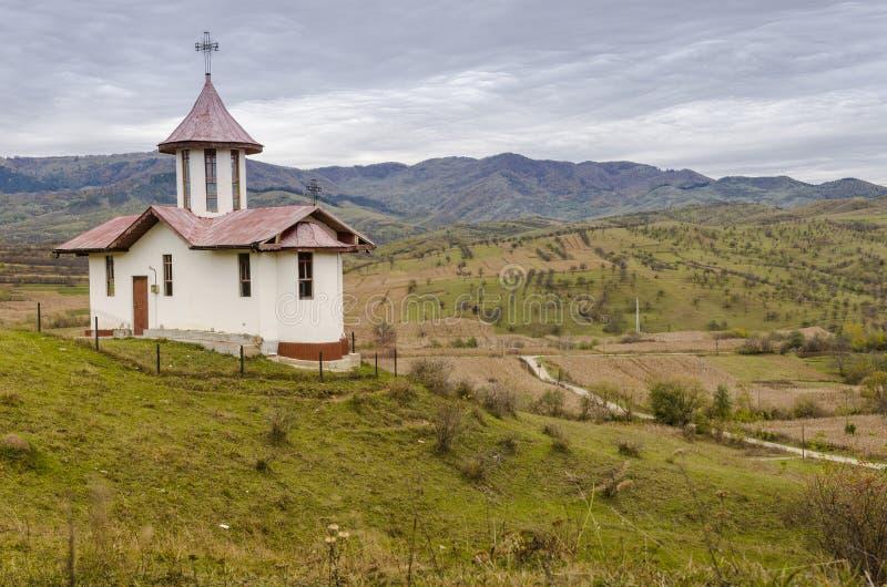 与教会的风景小山的 免版税库存照片