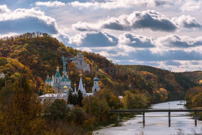 与教会的Auutmn风景 免版税库存图片