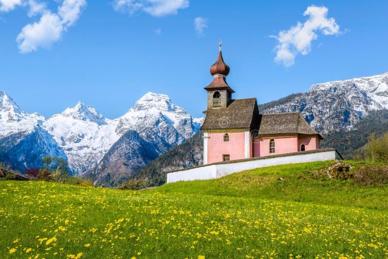 与教堂和积雪覆盖的山的高山风景在Lofer,奥地利 免版税图库摄影