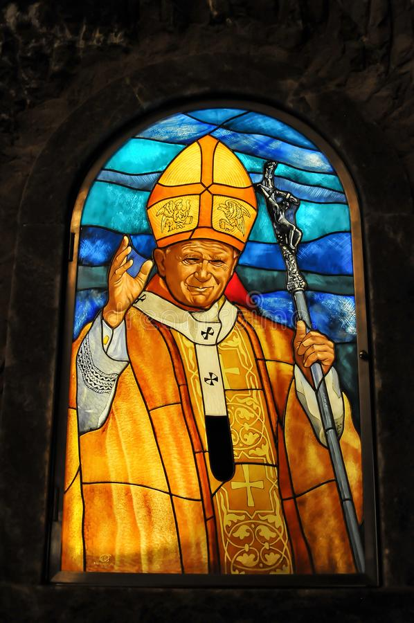 与教宗若望保禄二世的图象的彩色玻璃 库存照片