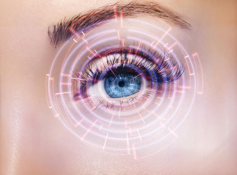 与数字式圈子的抽象眼睛 未来派视觉科学和证明概念 图库摄影