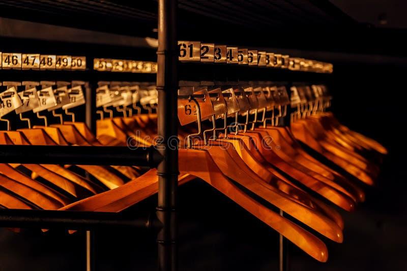 与数字的木挂衣架在黑暗的寄物处 库存图片