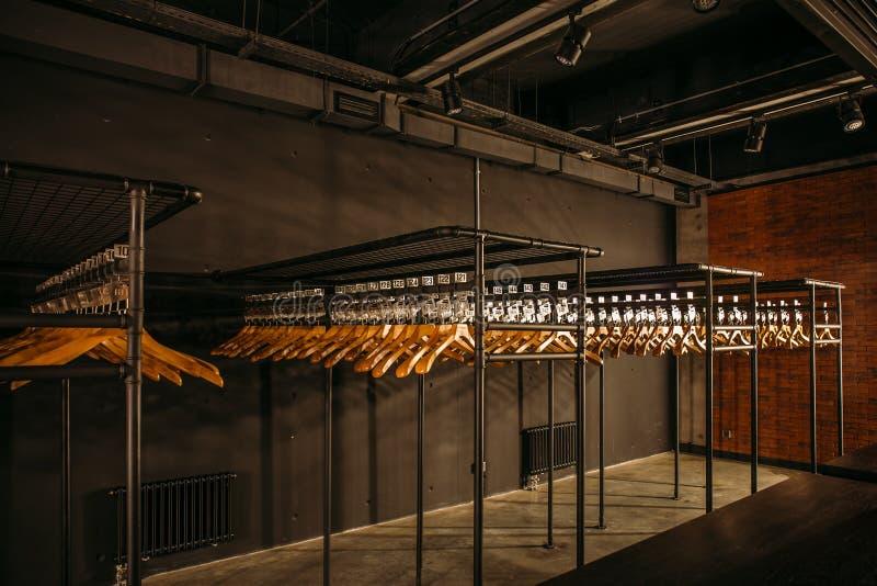 与数字的木挂衣架在黑暗的空的寄物处或行李房或者衣橱 免版税图库摄影