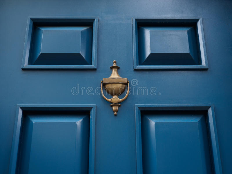 与敲门人的蓝色门 库存图片