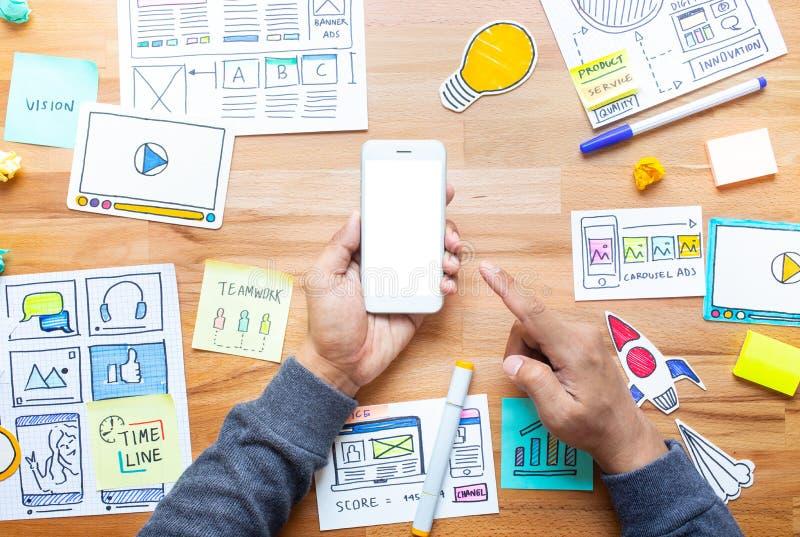 与文书工作剪影的企业数字在男性手上的营销和智能手机 库存图片