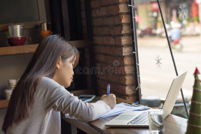 与文件和报告一起使用 免版税库存图片
